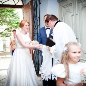 Zdjęcia ślubne zrobione podczas ceremonii ślubu w Bielsku dają możliwość przypomnienia sobie wzruszających momentów