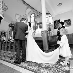 Takie momenty kiedy młoda para zapomina o obecności fotografa tworzą najlepsze zdjęcia ze ślubu, który miał miejsce w Bielsku