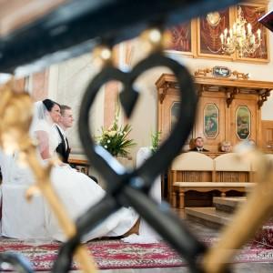 Fotografie niepozowane są częścią reportażu ślubnego - młoda słucha kazania podczas swojego ślubu w Bielsku