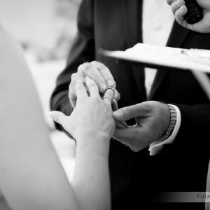 Dzięki profesjonalnej fotografii ślubnej na zdjęciach znajdzie się nawet moment nakładania obrączki podczas ślubu w Bielsku
