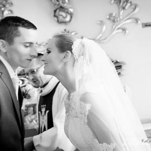 Fotograf robiący reportaż ślubny stara się zawsze uchwycić takie momenty jak ten ze ślubu w Bielsku-Białej