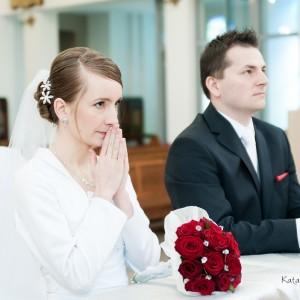 Fotograf ślubny zawsze stara się być jak najbliższej pary młodej podczas ceremonii zawarcia małżeństwa w Bielsku