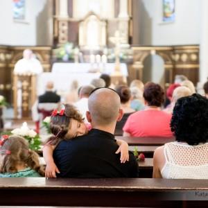 Podczas mszy fotograf ślubny robi zdjęcia nie tylko samej parze młodej, ale także gościom zebranym w kościele w Bielsku