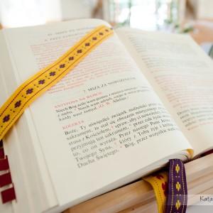 Na fotografiach ślubnych dobrze mieć uwiecznione także detale towarzyszące ślubowi w kościele w Bielsku-Białej