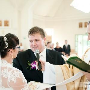 Na fotografii ślubnej nie może zabraknąć momentu składania przysięgi małżeńskiej podczas ślubu w Bielsku