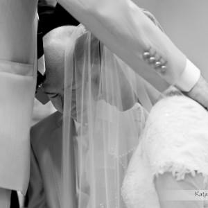 Na fotografii ślubnej widać emocje i skupienie pary młodej podczas ich ślubu w Bielsku-Białej w lecie ubiegłego roku