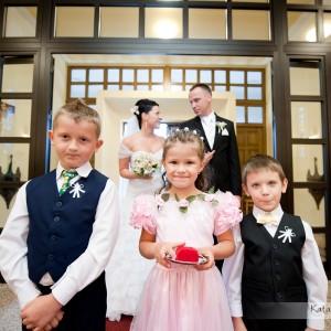 Zdjęcia ślubne pokazują cały przebieg ceremonii zawarcia małżeństwa w kościele w Bielsku-Białej w ubiegłym roku