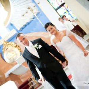 Fotograf wykonujący zdjęcia ślubne towarzyszy młodej parze cały czas podczas ślubu w Bielsku