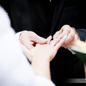 Moment nałożenia obrączek został uchwycony zdjęciach ze ślubu Kamili i Łukasza, który odbył się w kościele w Bielsku-Białej
