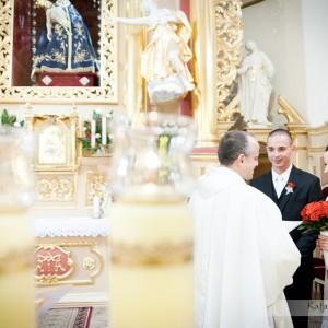 Zdjęcia ze ślubu są wspaniałą pamiątką nie tylko dla nowożeńców ale także gości, którzy często nie stoją tak blisko w kościele w Bielsku