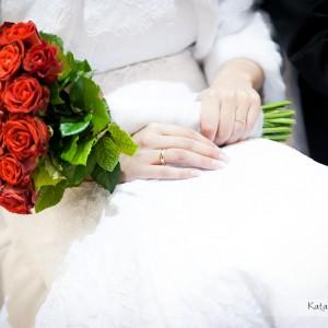 Dobre jakościowo zdjęcia ze ślubu uchwycą każdy najdrobniejszy detal jak obrączka czy bukiet na ślubie w Bielsku
