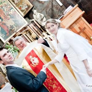 Chwila rozluźnienia i uśmiechu to idealny moment na zrobienie dobrego zdjęcia do reportażu ślubnego w Bielsku-Białej