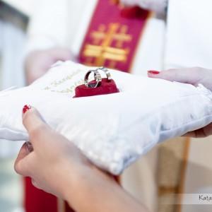 Obrączki to symbol małżeństwa - nie może zabraknąć ich zdjęć w reportażu ślubnym zrobionym w Bielsku-Białej