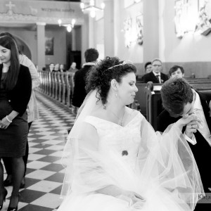 Spontaniczne gesty są najlepszym materiałem do reportażu ślubnego tak jak ten pocałunek już po ślubie w Bielsku