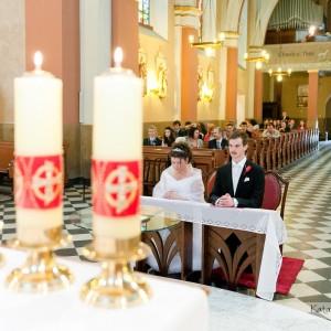 Podczas ceremonii zawarcia małżeństwa w kościele w Bielsku fotograf uzupełnia materiał do reportażu ślubnego
