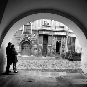 Sesje narzeczeńskie to dobra okazja, żeby oswoić się przed ślubem w Bielsku z obecnością fotografa ślubnego