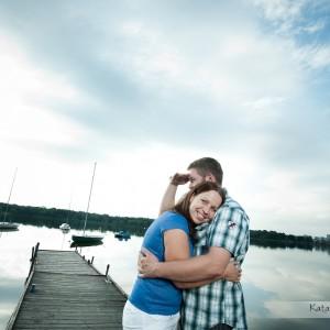 Fotograf robiący zdjęcia ślubne może także wykonać sesję narzeczeńską, bardziej spontaniczną w codziennej scenerii na przykład w Bielsku