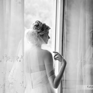 Fotograf ślubny towarzyszy Pannie Młodej w domu, w trakcie przygotowań do ślubu w Bielsku