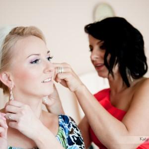 Profesjonalny fotograf ślubny towarzyszy w przygotowaniach do ślubu, który odbył w Bielsku-Białej