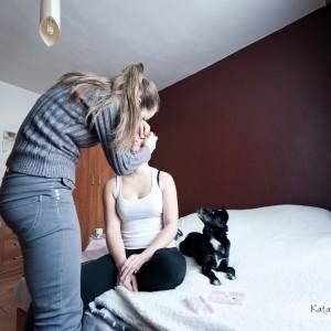 Panna Młoda uchwycona na pamiątkowej fotografii ślubnej podczas przygotowań do ślubu w Bielsku
