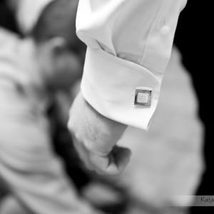 Zdjęcia ślubne pokazują także drobne detale takie jak spinki do mankietów koszuli Pana Młodego szykującego się do ślubu w Bielsku