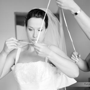 Zdjęcia ślubne zrobione podczas przygotowań do ślubu w Bielsku w domu Panny Młodej