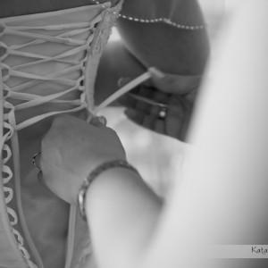 Pomoc Pannie Młodej uchwycona na ślubnych zdjęciach zrobionych podczas przygotowań do ślubu w Bielsku