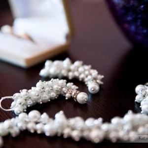 Profesjonalny fotograf uchwyci na zdjęciach ze ślubu w Bielsku także takie detale jak biżuteria Panny Młodej