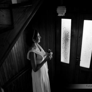 Na zdjęciu ze ślubu Panna Młoda czeka na swojego ukochanego w dniu ślubu, który odbył się w Bielsku