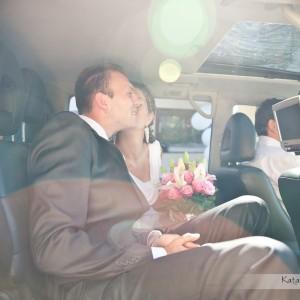 Zdjęcie do reportażu ślubnego pokazuje Parę Młodą jadącą do ślubu w Bielsku-Białej