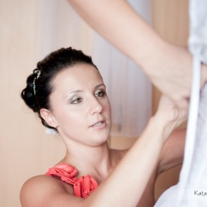 Ostatnie przygotowania do ślubu uchwycone na zdjęciach ze ślubu, który odbył się w Bielsku-Białej