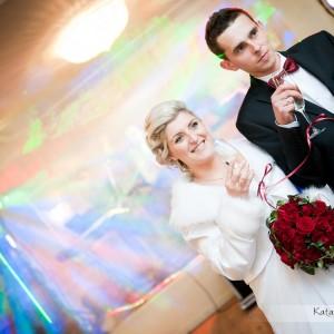Fotograf ślubny musi uchwycić tak ważny moment jak pierwszy toast nowożeńców na weselu w Bielsku