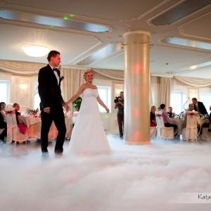 Kiedy nowożeńcy tańczą pierwszy taniec na weselu w Bielsku-Białej fotograf ślubny musi być w pobliżu