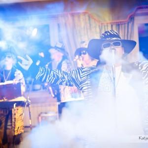 Reportaż ślubny zawiera także zdjęcia dekoracji, sali weselnej czy zespołu jaki zagrał na weselu w Bielsku