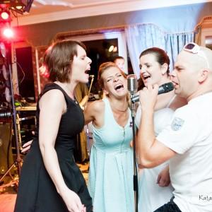 Zdjęcia ślubne dokumentują jak nowożeńcy i goście bawili się na przyjęciu weselnym w Bielsku-Białej