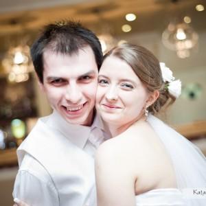 Fotograf ślubny obecny jest na parkiecie na weselu w Bielsku by zrobić zdjęcia wszystkim weselnikom