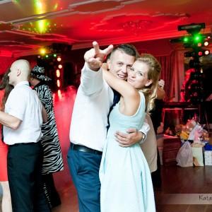 Fotografia ślubna pokazująca zabawę nowożeńców i gości na przyjęciu weselnym w Bielsku to wspaniała pamiątka