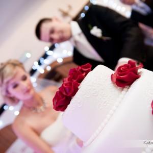W albumie weselnym nie może zabraknąć oprócz sesji ślubnej także zdjęć tortu z przyjęcia weselnego w Bielsku