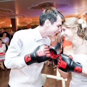 W albumie weselnym nie może zabraknąć oprócz sesji ślubnej także zdjęć zabawy na parkiecie z przyjęcia weselnego w Bielsku