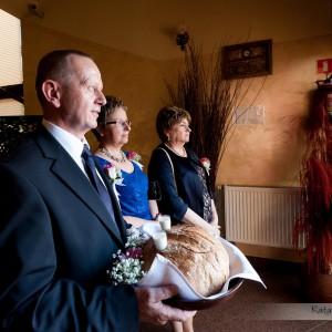 Na zdjęciach ślubnych muszą znaleźć się takie momenty jak powitanie nowożeńców chlebem i solą na ślubie w Bielsku-Białej