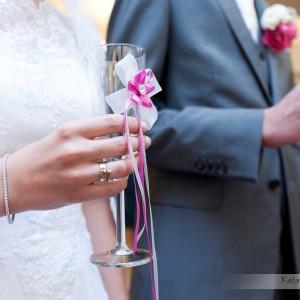 Do reportażu ślubnego trafią fotografie toastu wznoszonego przez nowożeńców na weselu w Bielsku-Białej