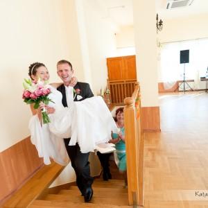 Reportaż ślubny pokazuje ceremonię zawarcia małżeństwa a także przyjęcie weselne w Bielsku