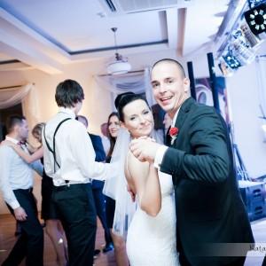 Fotografia ślubna pokazująca zabawę nowożeńców i gości na przyjęciu weselnym w Bielsku to doskonała pamiątka