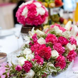 Zdjęcia ślubne pokazują zabawę ale także drobne detale jak dekoracje z kwiatów sali weselnej w Bielsku-Białej