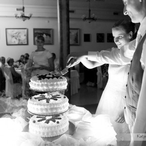Na fotografiach ślubnych nie może zabraknąć wspólnego krojenia tortu przez nowożeńców na przyjęciu weselnym w Bielsku