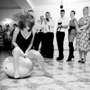 Reportaż ślubny zawiera zdjęcia z kościoła, a także najważniejsze momenty zabawy na przyjęciu w Bielsku