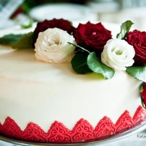 Zdjęcia ze ślubu pokazują także dekoracje i tort weselny na przyjęciu u Oli i Piotra w Bielsku