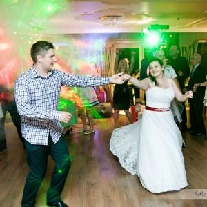 Na zdjęciach ślubnych nie może zabraknąć tańczących na parkiecie gości wesela Magdy i Bartka z Bielska