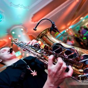 Zdjęcia ślubne to także fotografie dekoracji czy zespołu muzycznego grającego na weselu w Bielsku