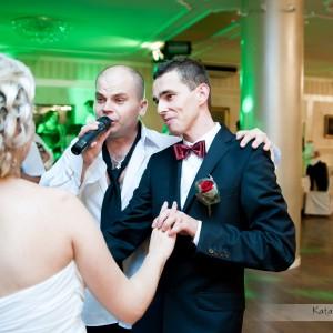 Pamiątkowa fotografia ślubna pokazują jak dobrze wszyscy bawią się na weselu w Bielsku-Białej